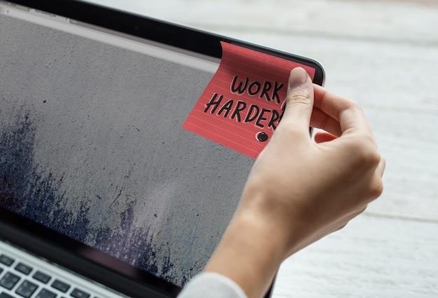 Travailler plus fort écrit sur un post-it