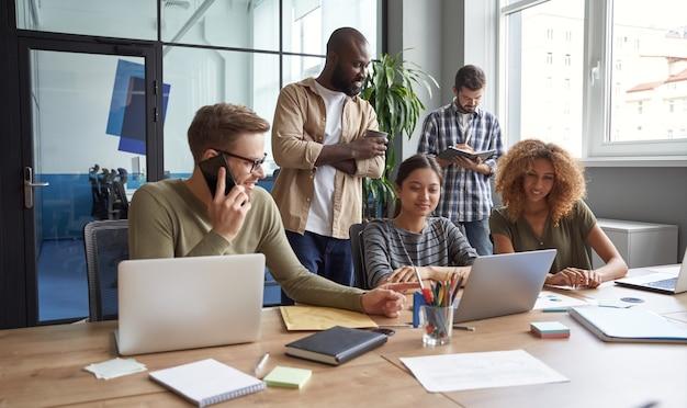 Travailler sur un projet ensemble groupe de collègues multiraciaux communiquant parler partage frais