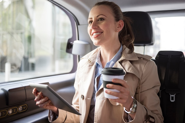 Travailler en voiture - uniquement avec un transport en toute confiance