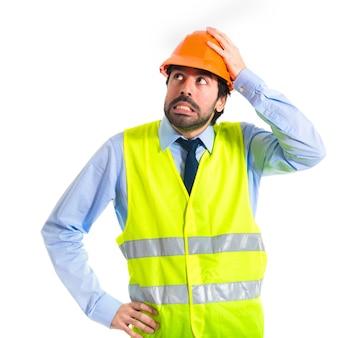 Travailleur ayant des doutes sur fond blanc
