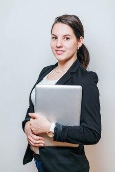 Travailleur de bureau debout avec un ordinateur portable