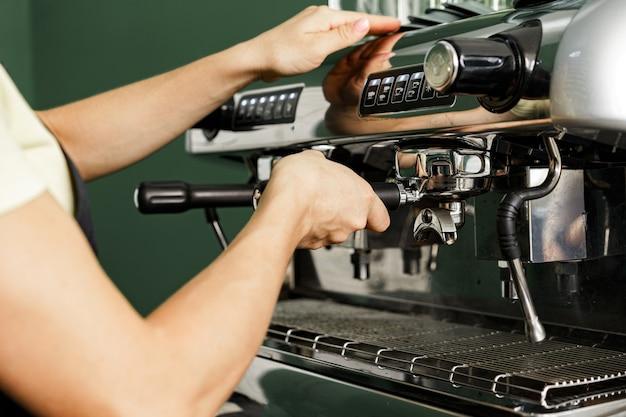 Travailleur de café femme préparer le café sur une machine à café professionnelle