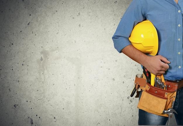 Travailleur avec une ceinture à outils. isolé sur fond blanc.