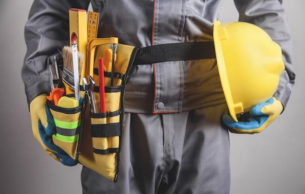 Travailleur avec une ceinture à outils. outils de construction