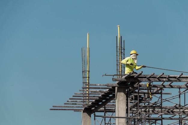 Travailleur sur un chantier de construction