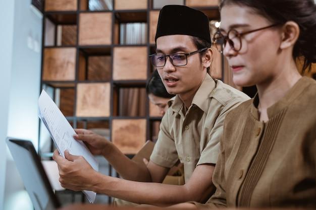 Travailleur civil asiatique en uniforme rencontre avec son partenaire