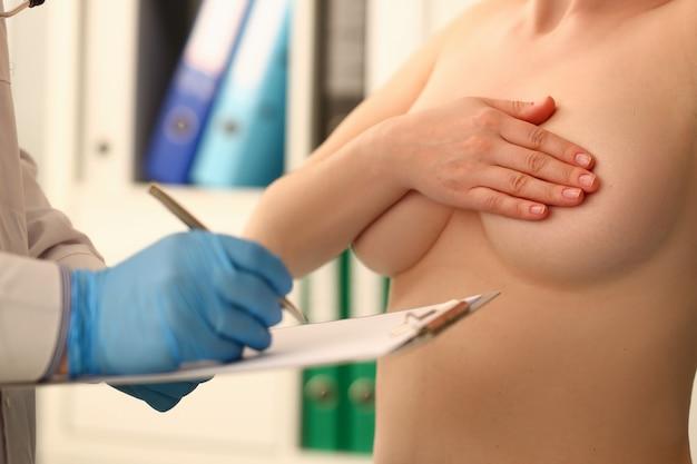 Travailleur clinique remplissant le rapport médical