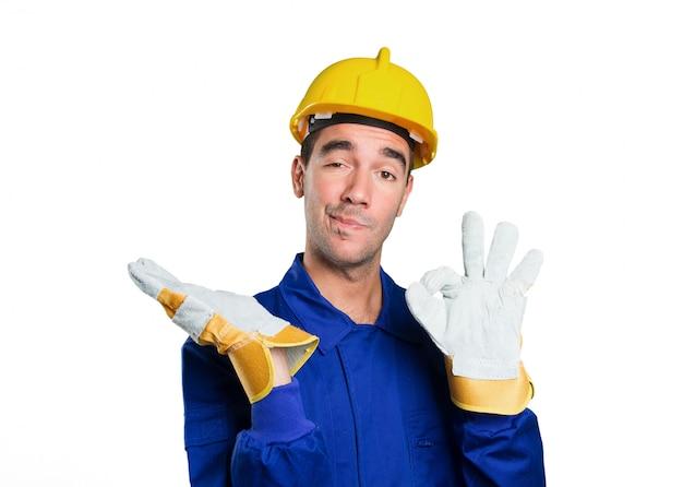 Travailleur confiant avec geste spectacle sur fond blanc