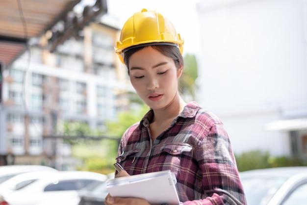Travailleur de la construction asiatique sur le site travailleur.