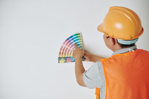 Travailleur de la construction choisissant la couleur