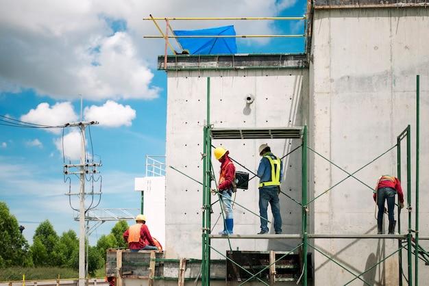 Travailleur de la construction sur l'échafaudage