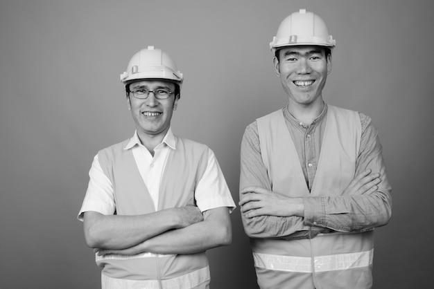 Travailleur de la construction hommes asiatiques ensemble isolé