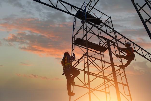 Un travailleur de la construction installe un nouveau toit, des outils de toiture, une perceuse électrique utilisée sur de nouveaux toits avec une tôle. réparation de toit, un spécialiste de la formation de toit,