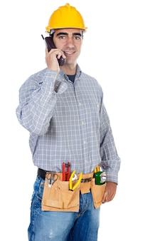 Travailleur de la construction parlant au téléphone sur fond blanc