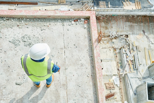 Travailleur de la construction sur place