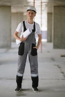 Un travailleur de la construction avec un plan