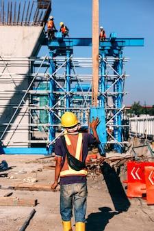 Travailleur de la construction portant un équipement de protection de sécurité et un casque pendant le travail à la construction