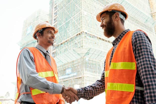 Travailleur de la construction se serrant la main