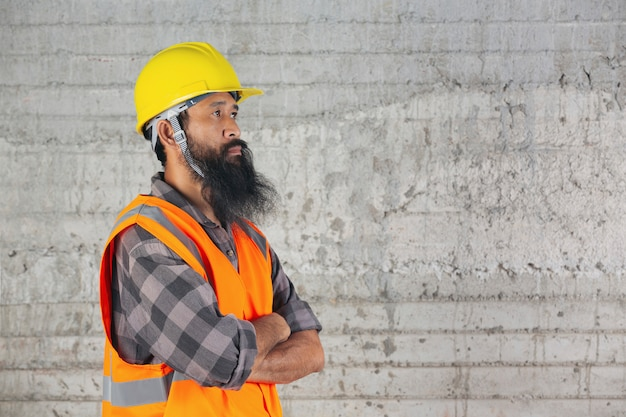 Le travailleur de la construction se tient à l'intérieur et se sent lutter pour le travail sur le chantier.