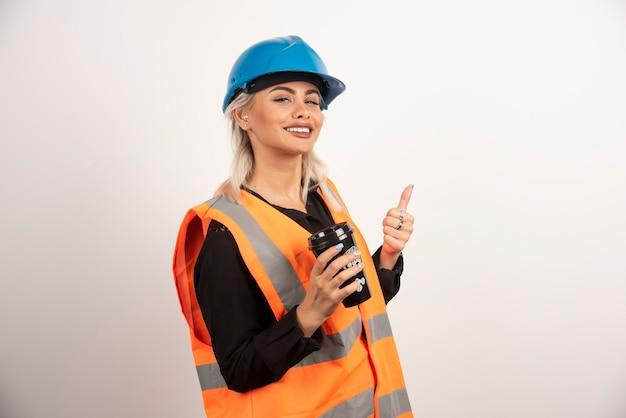 Travailleur de la construction avec une tasse de thé se sentir heureux. photo de haute qualité