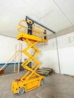Travailleur construit un mur de plaques de plâtre.