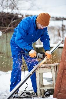 Un travailleur coupe le cadre du panneau