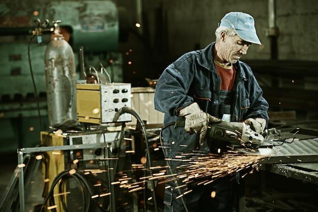 Travailleur coupe fer avec un outil professionnel