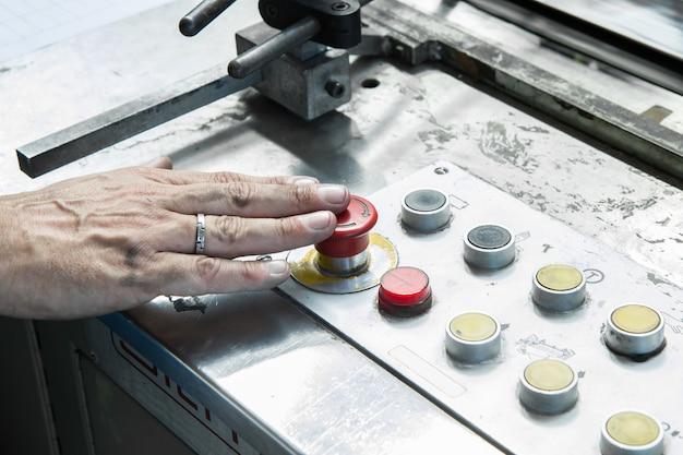 Travailleur dans l'usine de machines spéciales