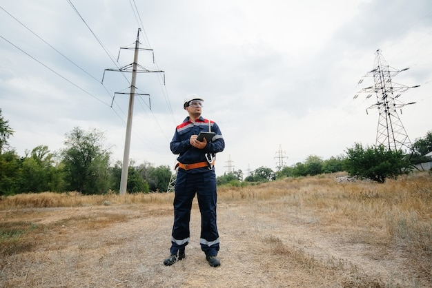 Un travailleur de l'énergie inspecte les lignes électriques. énergie.