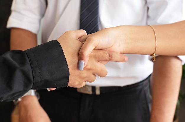 Travailleur de l'entreprise se serrant la main, signe et symbole de succès et confiance,