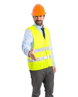 Travailleur faisant affaire sur fond blanc