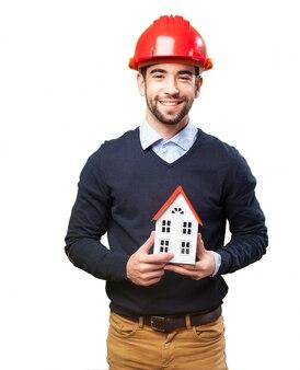 Travailleur fier pose avec sa construction