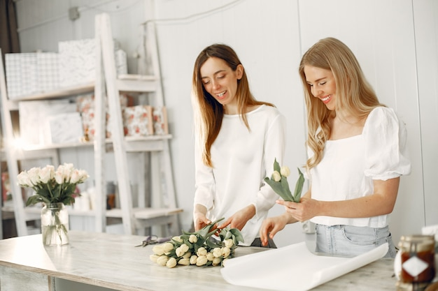 Travailleur avec des fleurs. les femmes font un bouquet.