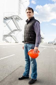Travailleur de gestionnaire de site se tenant sur le rad contre la grande usine