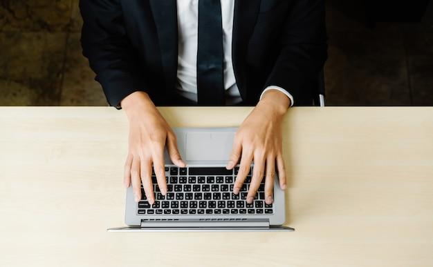 Travailleur homme d'affaires utilise un ordinateur portable.
