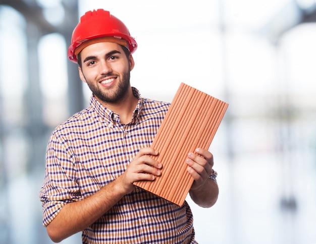 Travailleur homme avec de la brique