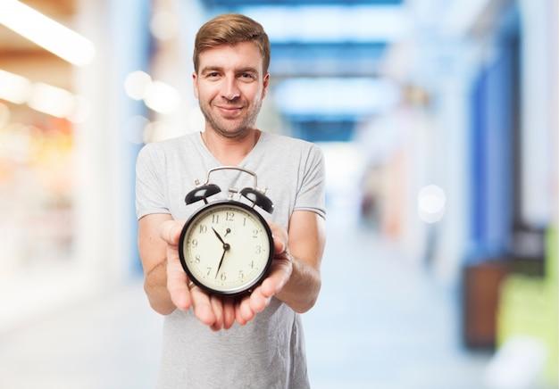 Travailleur avec une horloge d'alarme
