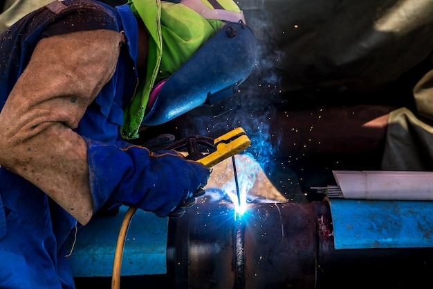 Travailleur industriel à l'usine de soudage closeup