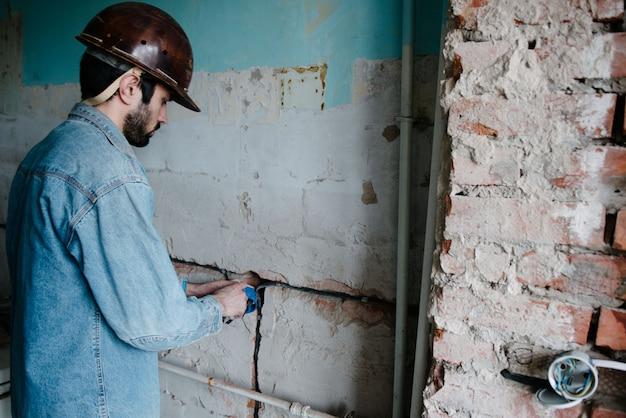 Le travailleur insère un boîtier de prise électrique