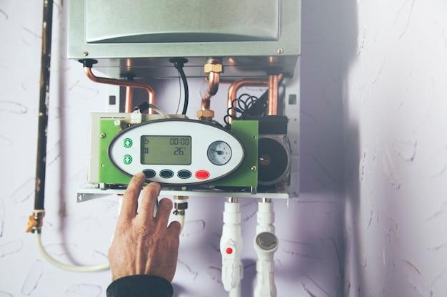 Le travailleur a installé la chaudière de chauffage au gaz central à la maison
