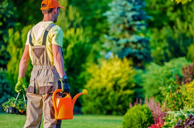 Travailleur jardinier et jardin
