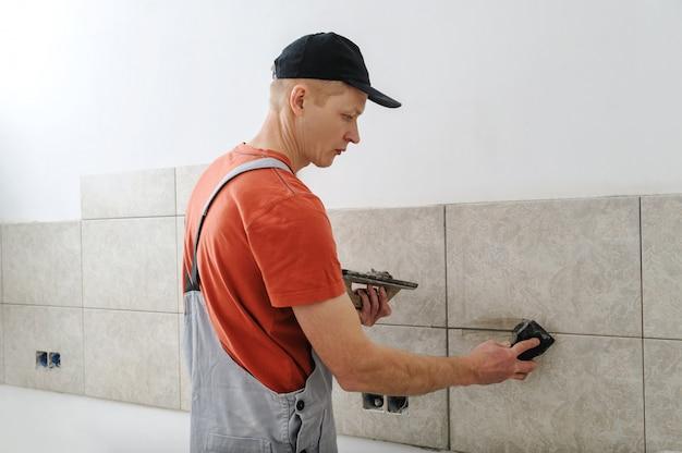 Travailleur jointoiement de carreaux de céramique