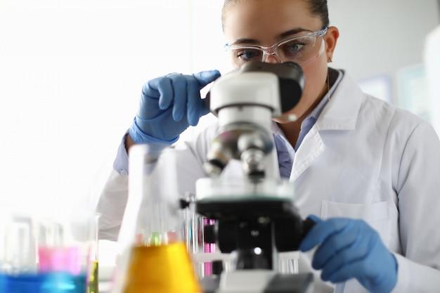 Travailleur de laboratoire faisant l'expertise