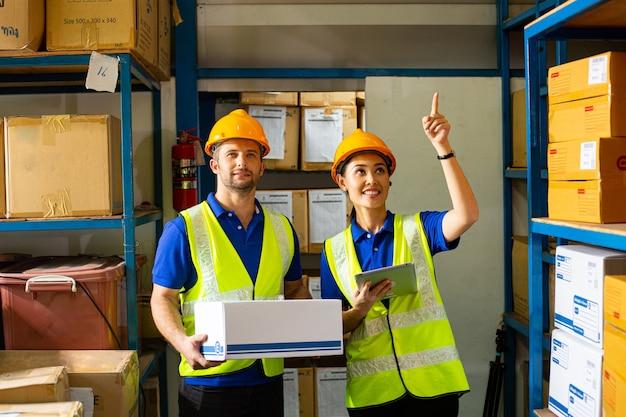 Travailleur de la livraison tenant le carton pour l'expédition au client