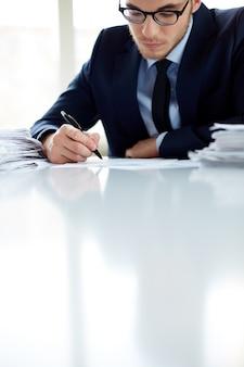 Travailleur avec des lunettes de signer un contrat