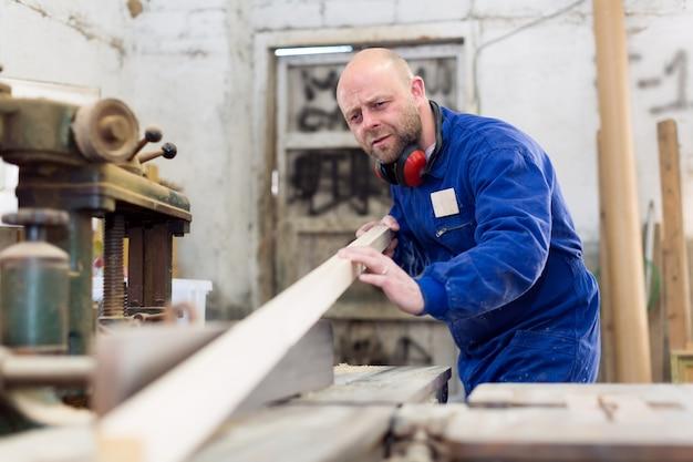 Travailleur à la manufacture de transformation du bois