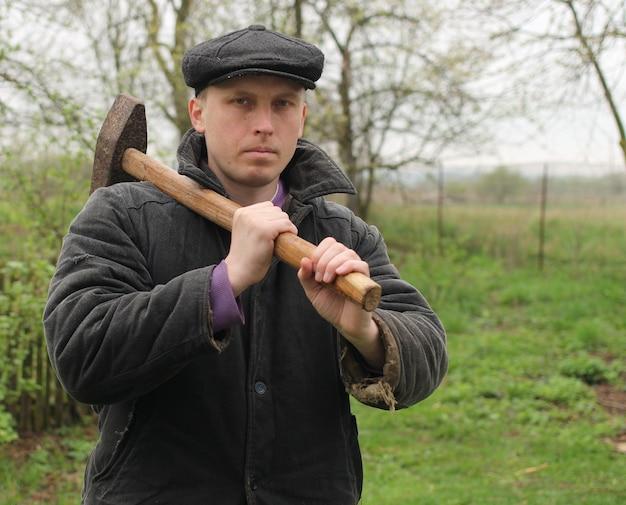 Travailleur avec marteau dans les mains