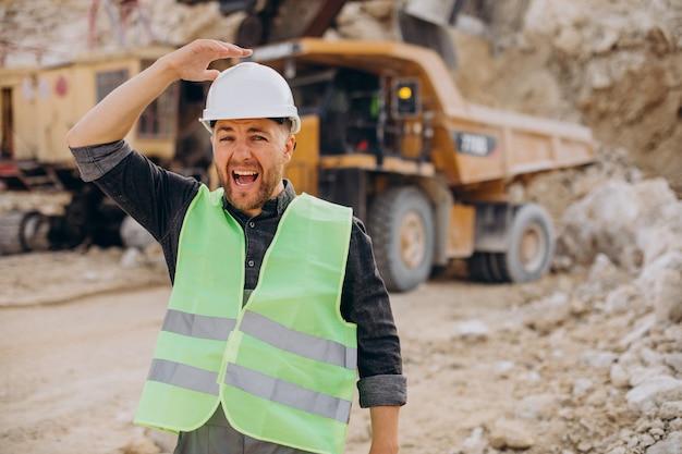 Travailleur masculin avec bulldozer dans la carrière de sable