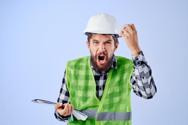 Travailleur masculin avec des plans de documents et de dessins fond isolé