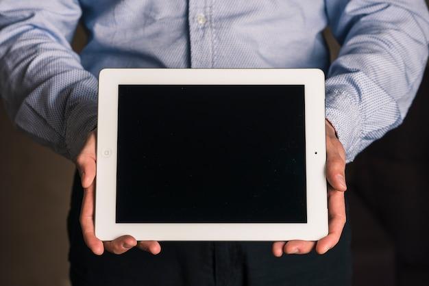 Travailleur méconnaissable avec tablette